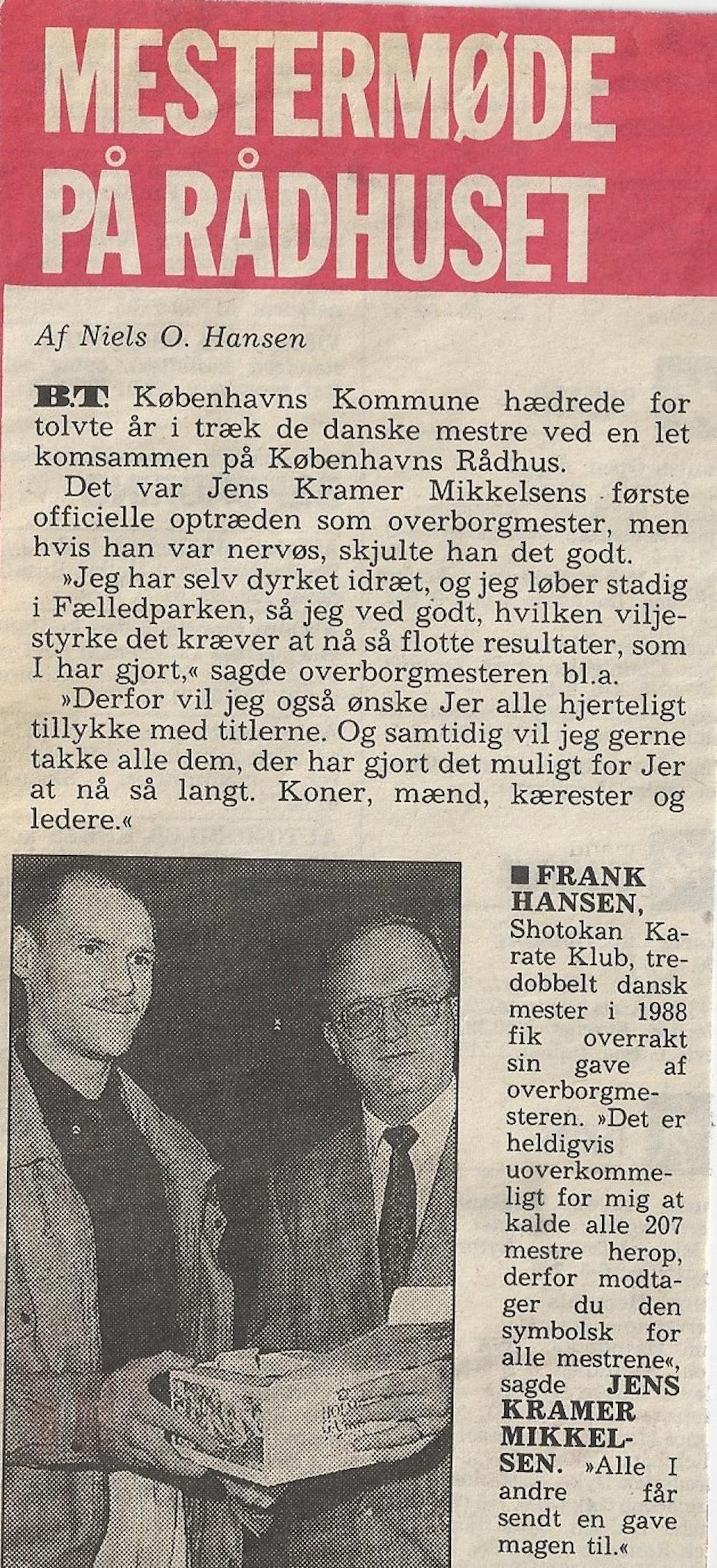 Fra et mestermøde på Rådhuset i 1989, hvor Frank Bura er blevet til Frank Hansen og mødes med Jens Krammer. Frank - uanset efternavn - modtager dog stadig hæder for sin indsats i Dansk Karate.