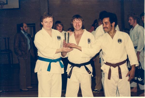Århus Kumikata vinder hold-kata d. 10. maj 1980 ved landsstævne Norge - Danmark, som holdtes i Hasle Skole og var det 3. og sidste af slagsen i Danmark. Fra venstre: Jan Michael Jensen, John Jensen og Rudi Paacks Jensen.
