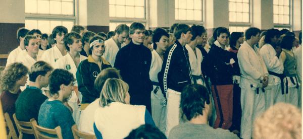 Wado-NM i Gøteborg 27. oktober 1984: Fra venstre ses de fleste danske deltagere, forrest f.v. Kim Hansen og Palle T. Jensen. Fra Danmark stillede i alt 9 deltagere.