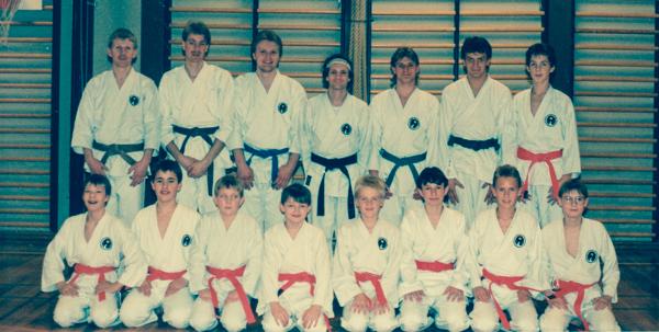 Kyu-graduering i Hedensted K.K. i feb. 1991. Bagerste række f.v.: Tom Jakobsen, Peter Bodilsen, Frank, Kim Hansen, Martin Dahl, Claus Mortensen.