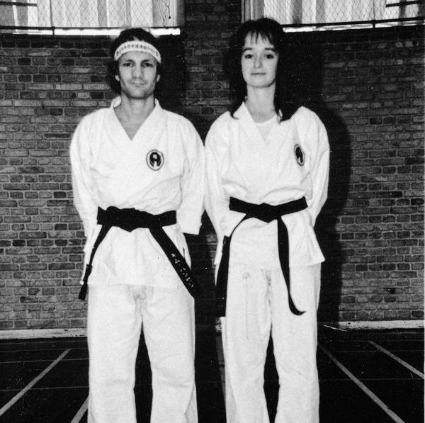 4/11 - 1989: Første kvindelige Shodan i DWK i JKF-Wadokai, Eva Ehrnrooth, t.v. Kim Hansen. Gradueret ifm. Ohgami-kursus i Århus.