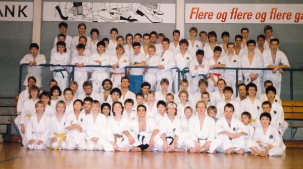 DWK-vinterlejr 5 - 7/2 - 1988 i Vestergadehallen i Silkeborg, 82 delt. Instruktører f.rk.f.v.nr.5: Eva Ehrnrooth, Christian Namrok, Kim Hansen, Johnny Larsen og Keld Bach.
