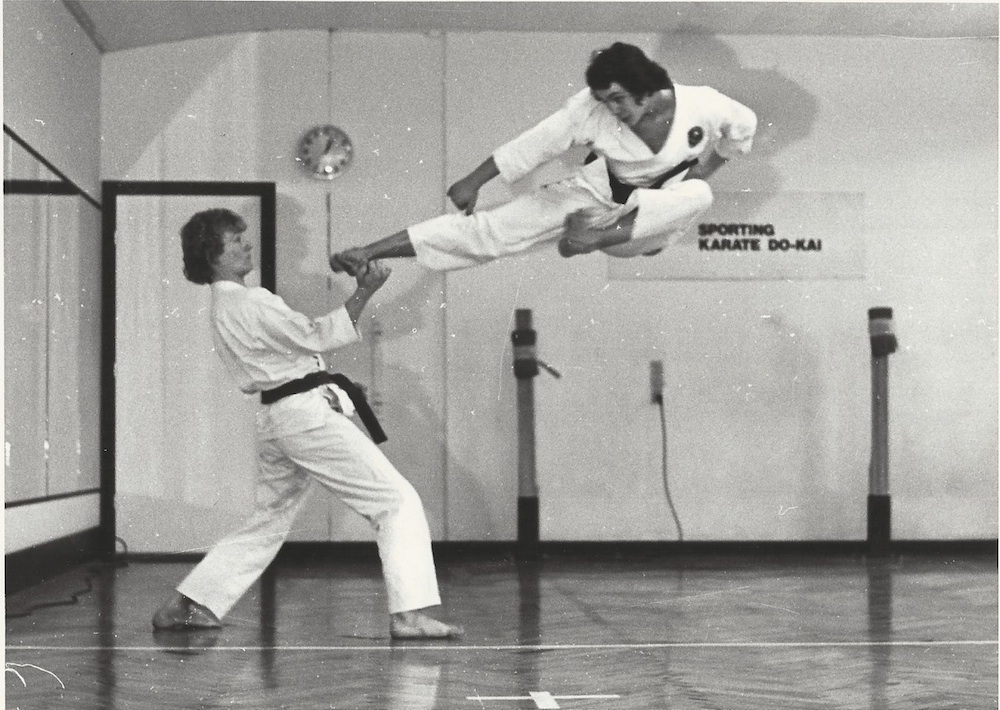 Fra de gamle arkiver: Lørdagstræning i Sporting Karate do-kai i 1976. Det er Lars Nissen og en lettere langhåret Jesper Palm Lundorf der afprøver yoko tobi-geri.